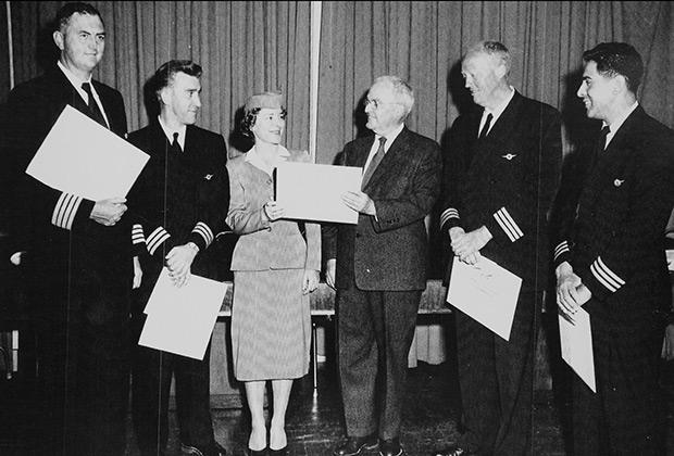 Слева направо: командир Ричард Огг, штурман Ричард Браун, старшая стюардесса Патрисия Рейнольдс, неизвестный (вручает награду), второй пилот Джордж Хээкер и бортинженер Фрэнк Гарсия-младший.