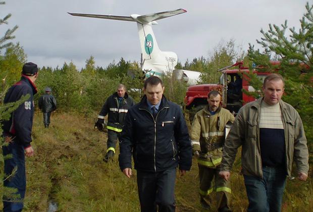 К месту посадки Ту-154М на заброшенном аэродроме Ижмы оперативно прибыли сотрудники МЧС и пожарные расчеты.
