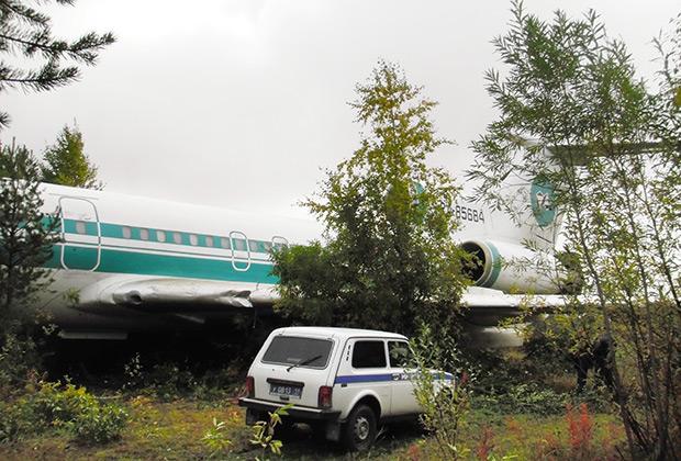 Деревья и кустарники за пределами взлетно-посадочной полосы заброшенного аэродрома Ижма затормозили движение самолета.