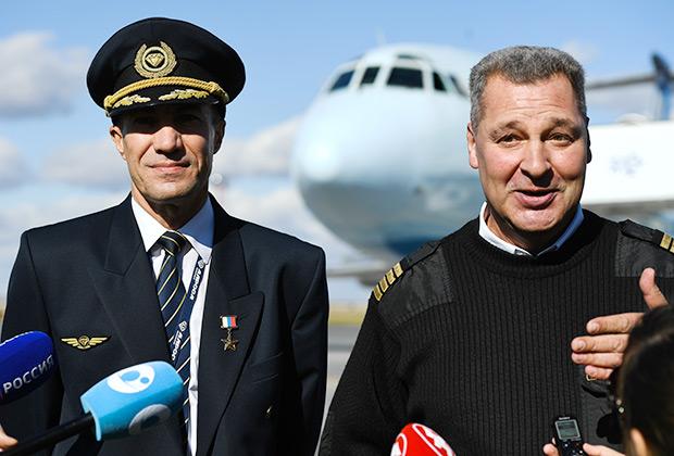 Летчики Евгений Новоселов (слева) и Андрей Ламанов, благополучно посадившие пассажирский лайнер Ту-154М на заброшенном аэродроме города Ижма, получили звание Героев России.