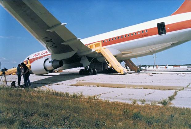 Большая часть пострадавших получила травмы, съезжая с надувных трапов в хвостовой части самолета. Из-за того, что передняя стойка шасси подломилась, задняя часть воздушного судна поднялась вверх, а угол наклона трапов вырос. В итоге пассажиры скатывались вниз на слишком большой скорости.