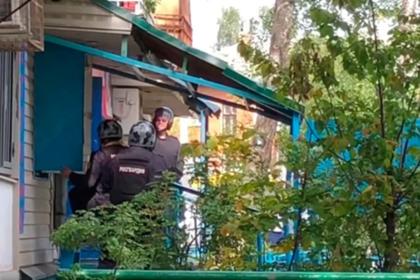 Захватившему парикмахерскую под Москвой дали коньяк и задержали