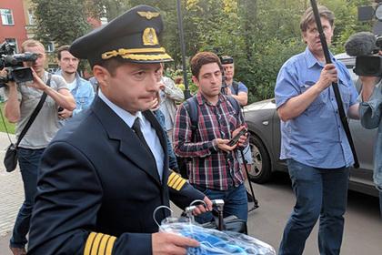 Посадивший самолет в поле пилот Airbus прихватил жене кукурузы
