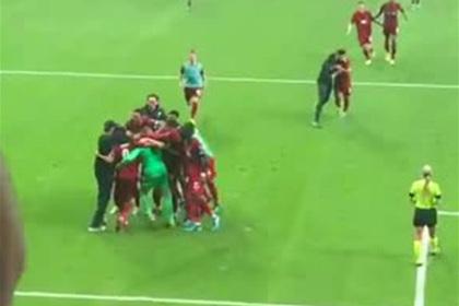 Фанат травмировал вратаря «Ливерпуля» на радостях от победы в Суперкубке УЕФА