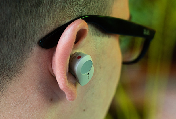 Sony WF-1000XM3 торчат из ушей, из-за чего их неудобно носить под шапкой или капюшоном