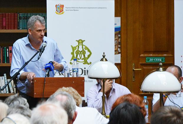 Тимоти Снайдер выступает в научной библиотеке Львовского национального университета