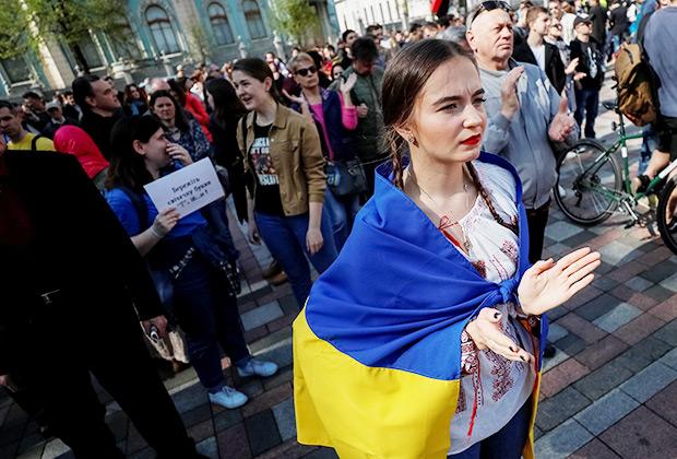 Активисты у здания Верховной Рады собрались в поддержку закона о языке