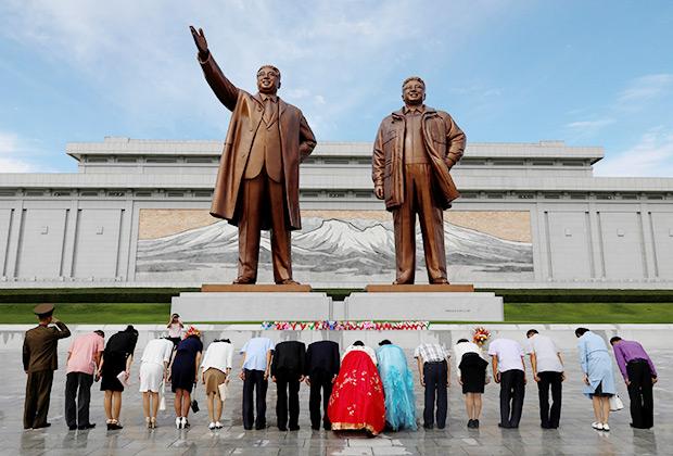 Памятник Ким Чен Иру и Ким Ир Сену