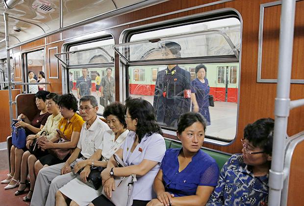 В вагоне метро Пхеньяна