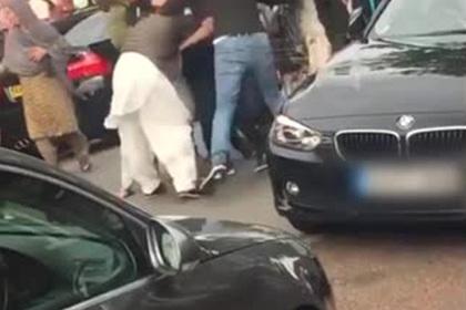 Две враждующие семьи устроили жестокую драку и попали на видео
