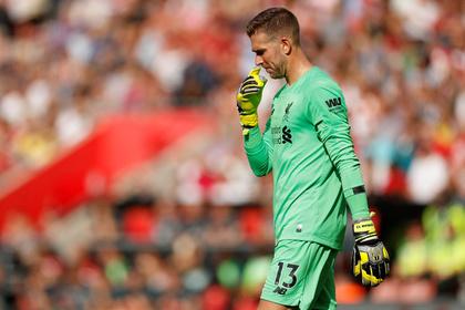 Травмированный фанатом вратарь «Ливерпуля» допустил нелепую ошибку
