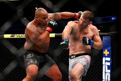 Американский великан нокаутировал лучшего бойца UFC и вернул титул чемпиона