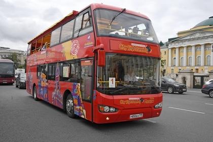 Автобус с туристами врезался в столб в Москве