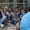 Выходцы с Ближнего Востока у центра приема беженцев в Гамбурге