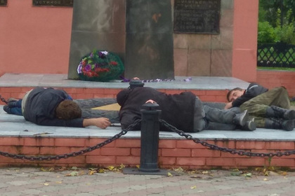 Трое пьяных россиян уснули у Вечного огня и заинтересовали полицию