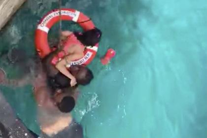 Незнакомцы спасли упавшую в воду туристку в инвалидном кресле и прослыли героями