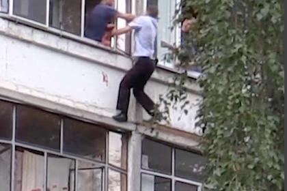 Российские полицейские спасли ребенка от убийства отцом на глазах у толпы