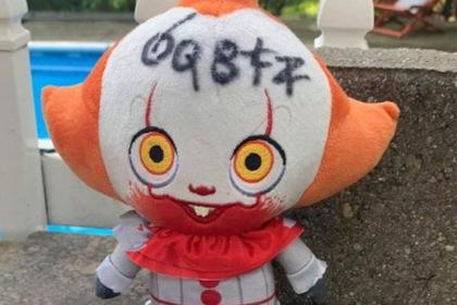 Женщина обнаружила куклу клоуна Пеннивайза возле дома и вызвала полицию
