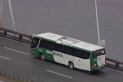 Вооруженный мужчина захватил автобус с десятками пассажиров