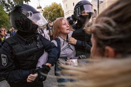 В Кремле назвали резонансной ситуацию с избиением россиянки полицейским