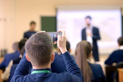 Идею лишить российских школьников смартфонов объяснили