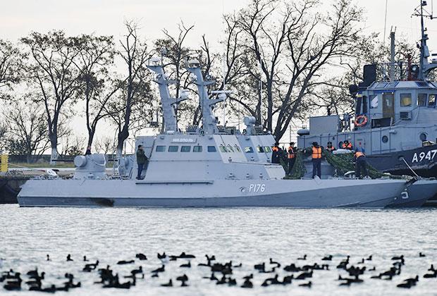 Малый бронированный артиллерийский катер «Никополь» и рейдовый буксир «Яны Капу» ВМС Украины, задержанные пограничной службой РФ