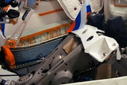 Робота Федора отправили в космос с российским флагом в руке