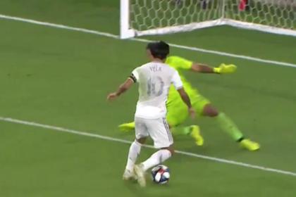 Футболист «непристойно» расправился с обороной соперника и забил с метра