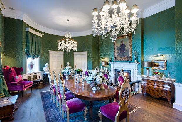 После побега побежденной Марии Стюарт в Англию поместье Сетонов было конфисковано, и его история прервалась почти на два века: тот замок, каким мы его видим сегодня, был возведен только в 1789 году.