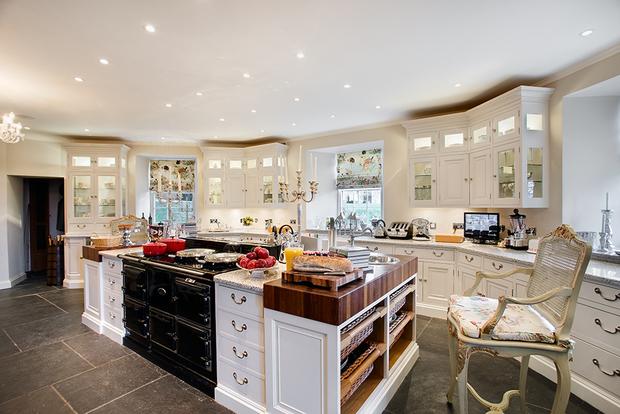 Кухня, несмотря на визуальное соответствие канонам XVIII века, на самом деле тоже суперсовременная. В ходе реставрации установили две чугунные печи шведской компании AGA — элитного производителя, техника которого стоит на кухнях у Мадонны, Шерон Стоун и Клаудии Шиффер.