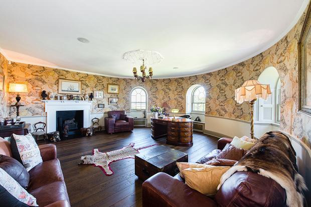 Декор помещений замка тоже непрост: шелк, твид, шерсть и дамасская ткань заказывались у Ralph Lauren, Mulberry, Zoffany, Osborne & Little и Christian Lacroix.