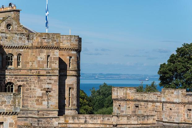 Но история этой недвижимости еще древнее: здание стоит на том самом месте, где находился построенный в XV столетии дворец Сетон — имение семьи одной из «четырех Марий», фрейлин шотландской королевы Марии I Стюарт.