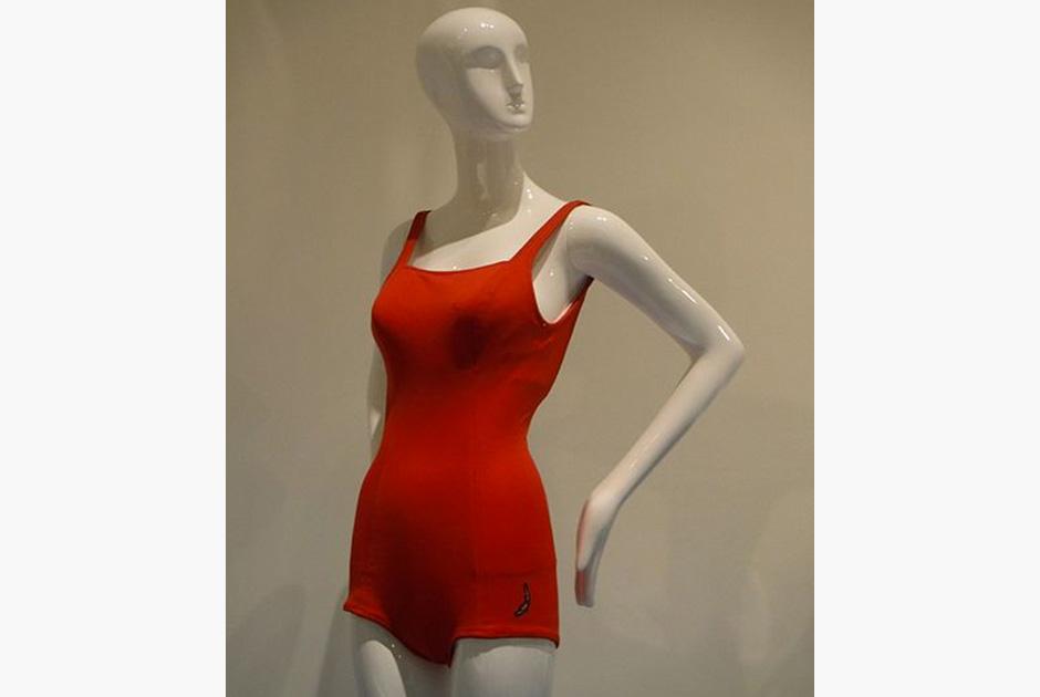 Раздельный купальник, представленный брендом Jantzen в 1913 году, популярным не стал. А вот короткий слитный купальный костюм без рукавов был настоящим хитом и даже долгое время красовался на эмблеме дома