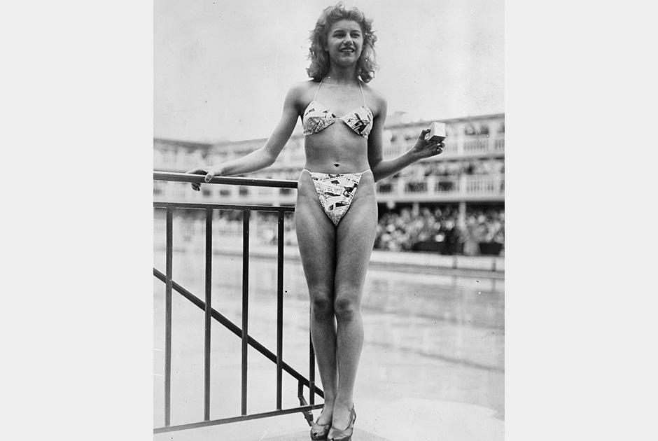 Эта фотография была сделана во время премьерного показа бикини в одном из общественных бассейнов Парижа в 1946 году