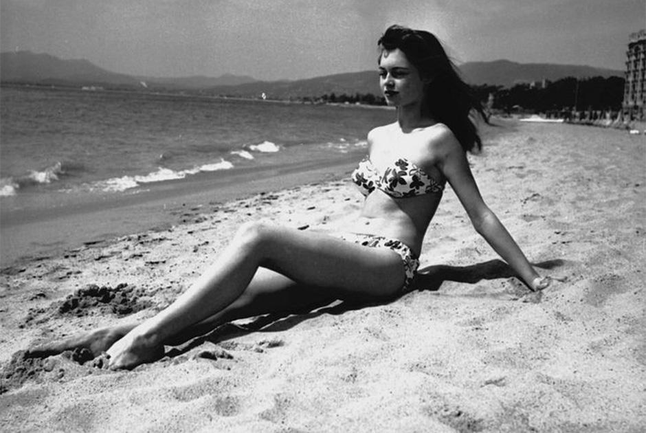 Брижит Бардо впервые появилась на пляже Канн в бикини в 1952 году — всего спустя шесть лет после премьерного показа бикини. Пляжная фотосессия во время кинофестиваля стала для француженки доброй традицией
