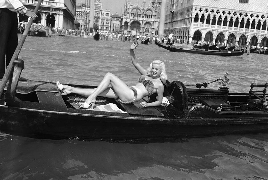 В Венеции нет пляжей, но для Дианы Дорс и это не стало проблемой. 5 мая 1955 года она плавала в гондоле по главным каналам Венеции будучи одетой в бикини