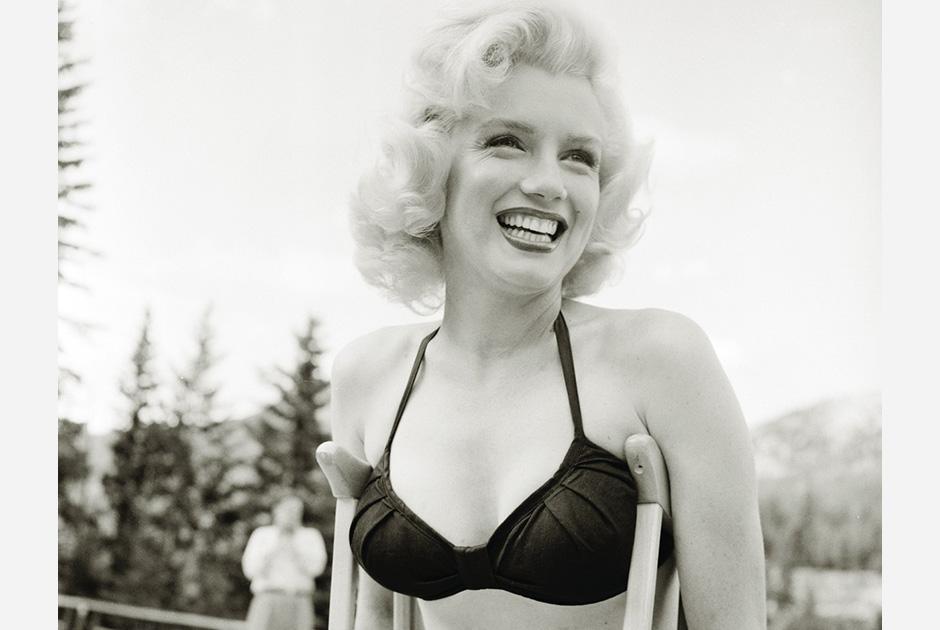 Мэрилин Монро не только первой из известных американских актрис надела купальник, но и появилась в нем на костылях, когда потянула лодыжку на съемках фильма «Река, не текущая вспять» в 1953 году