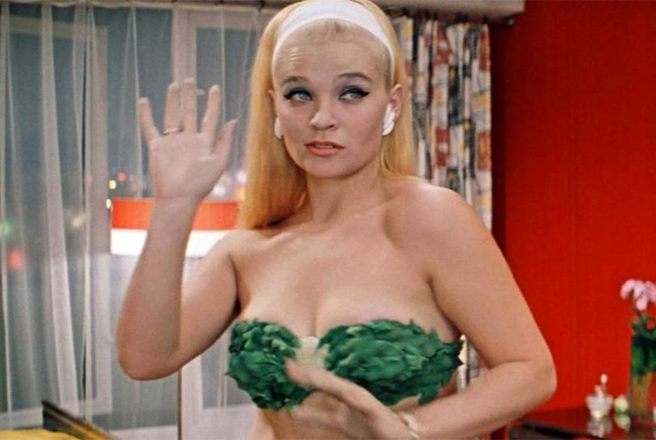Тема бикини в шедевре Леонида Гайдая «Бриллиантовая рука» всплывает несколько раз. Помимо танца Светланы Светличной в фильме есть эпизод, когда на показе мод в бикини по подиуму ходят модели