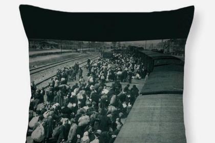 В сети возмутились чехлам для телефона с жертвами Освенцима