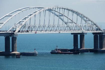 С Крымского моста срезали первый свадебный замок