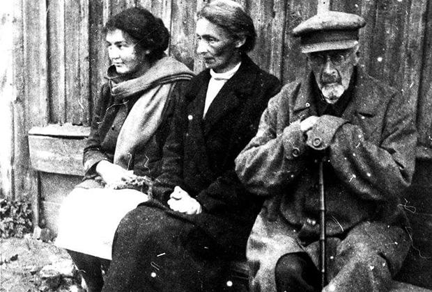 Высланный из Москвы в Дмитров и лишенный избирательных прав бывший московский губернатор и городской голова князь Владимир Голицын (справа) с невесткой Анной Голицыной (в центре) и внучкой Марией Веселовской (слева). 1931 год