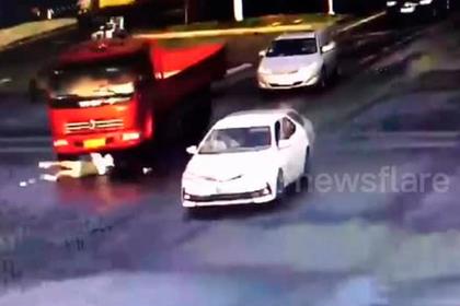 Девушка на самокате попала под грузовик и отделалась царапиной