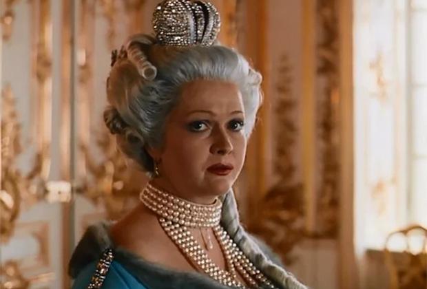В кино Елизавету Петровну зачастую изображают как веселую и не слишком далекую женщину, окруженную фаворитами.