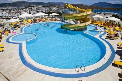 Стало известно о состоянии затянутой в бассейн 12-летней россиянки