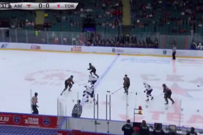 Российский хоккейный вратарь пропустил шайбу после броска с центра площадки