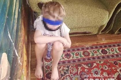 Женщина посадила ребенка на цепь и обмотала скотчем