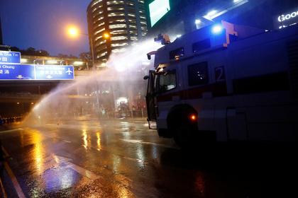 В Гонконге впервые применили водометы против протестующих