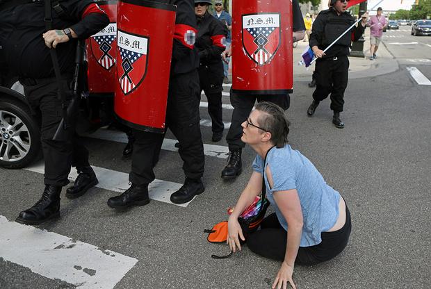 Женщина пыталась встать у них на пути, но ее оттолкнули. Ультраправые в полной мере пользуются гарантированной конституцией свободой слова, но не упускают возможности помешать сделать то же самое своим оппонентам.