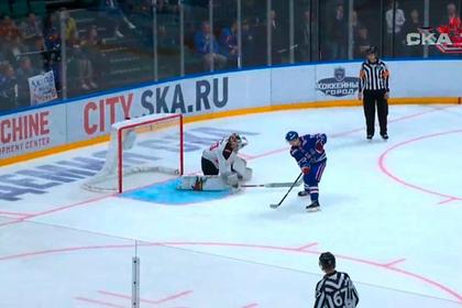 Российский хоккеист «гениально» забросил шайбу без броска