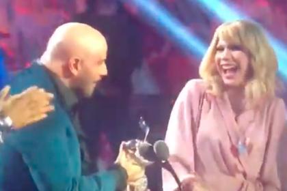 Траволта перепутал Тейлор Свифт с трансвеститом во время вручения награды